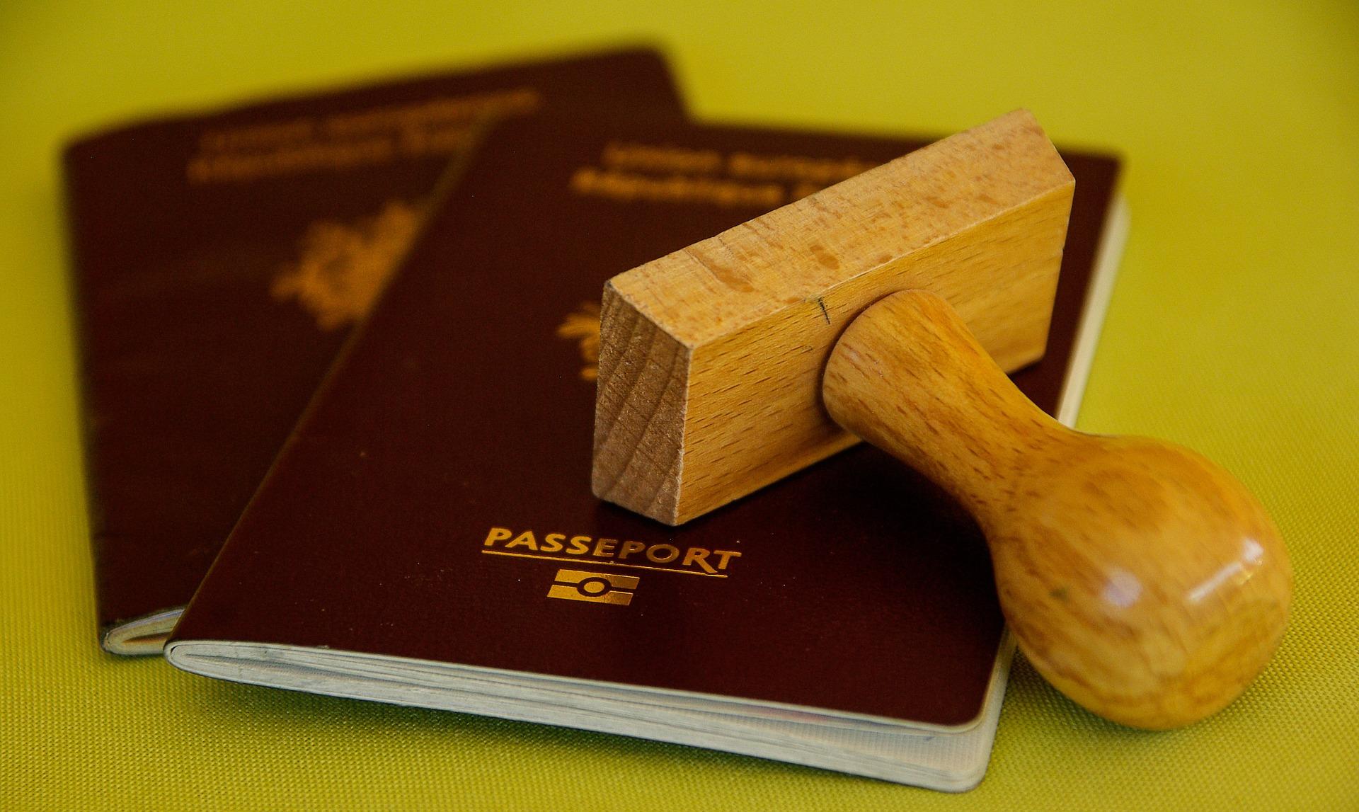 Des parents d'intention attendent depuis 6 ans un visa pour leur fils