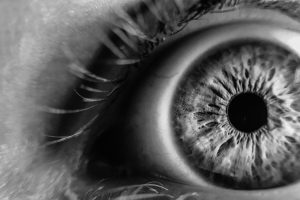 Un patient recouvre partiellement la vue grâce à l'optogénétique