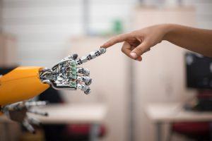 Interface cerveau machine: un patient tétraplégique reçoit un bras robotisé doté du toucher