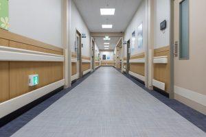 Ehpad et hôpitaux: les sénateurs créent un droit opposable aux visites